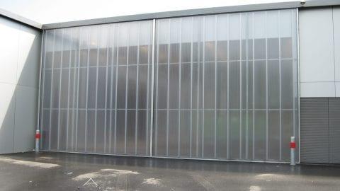 Grote deur - transparante schuifdeur - dubbelvleugelige deuren - brandweer kazerne Zwolle